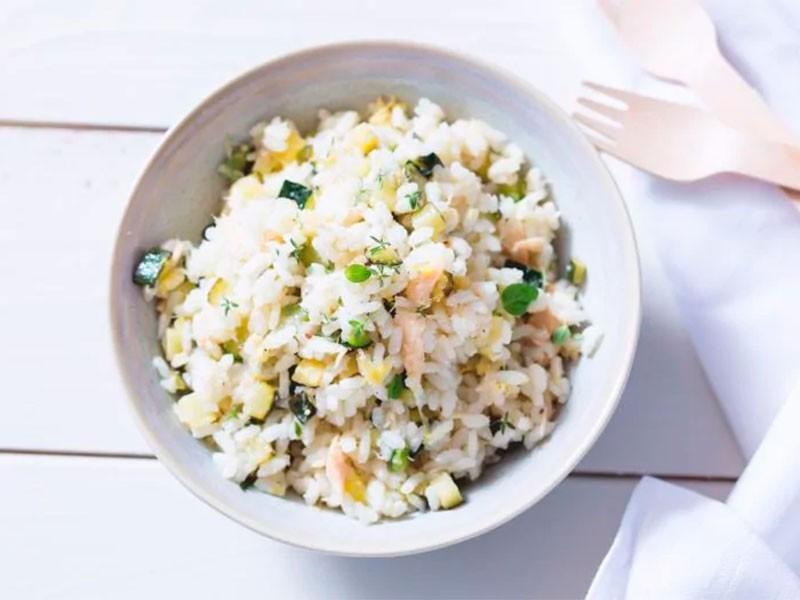 Холодный рис с тунцом, цуккини и лимоном